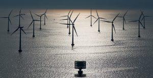 Der Anteil von Offshore-Windfarmen an der europäischen Energieversorgung steigt. Bei starkem Wind könnte Dänemark mit den bereits installierten Windkraftanlagen schon heute mehr Strom erzeugen, als das Land verbraucht. Doch die wetterabhängigen Schwankungen der Anlagen machen für den weiteren Ausbau der Kapazität intelligentere Netze nötig. Diese könnten eines Tages beispielsweise bei einer Flaute rechtzeitig automatisch auf andere Erzeuger umschalten, ohne instabil zu werden. Im dargestellte Offshore-Windpark Lillgrund im Öresund zwischen Malmö und Kopenhagen sind 48 Siemens Windenergieanlagen des Typs SWT-2.3-93 installiert. Diese haben eine Leistung von jeweils 2,3 Megawatt. The share of offshore wind farms supplying European energy is increasing. In strong winds, Denmark could today generate more electricity with existing wind turbine generators than the country consumes. However, the fluctuations in the generators, a result of the weather, make more intelligent networks necessary for further expansion of capacity. One day, these might, for example, automatically switch over in good time to other generators during periods of calm weather without becoming unstable. In the pictured Lillgrund offshore wind farm in the Öresund between Malmö and Copenhagen, 48 Siemens SWT-2.3-93 wind turbine generators with an output of 2.3 megawatts each have been installed.